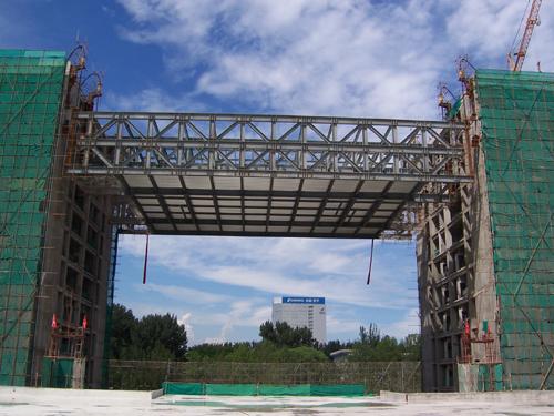钢结构连廊地面拼装成整体,利用液压提升,一次就位安装,连廊主梁共计